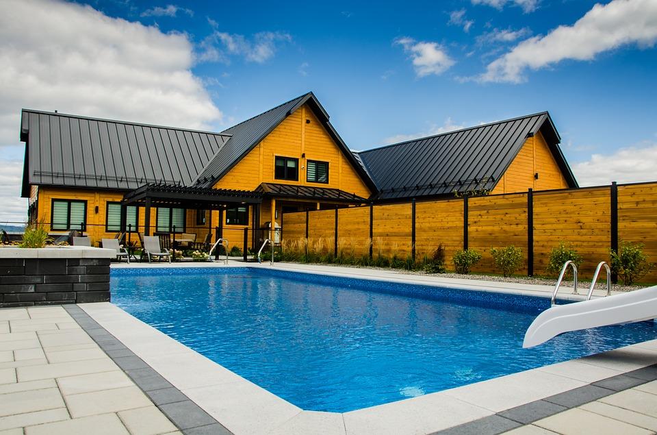 Maison moderne avec une piscine creusée dans le jardin